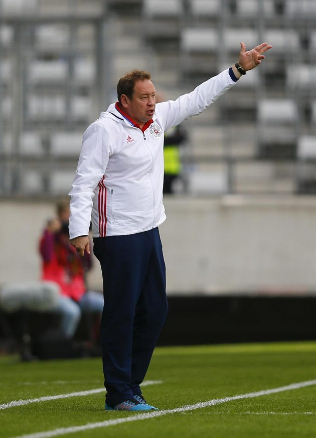 Ruský kouč Leonid Sluckij gestikuluje během zápasu v Innsbrucku.