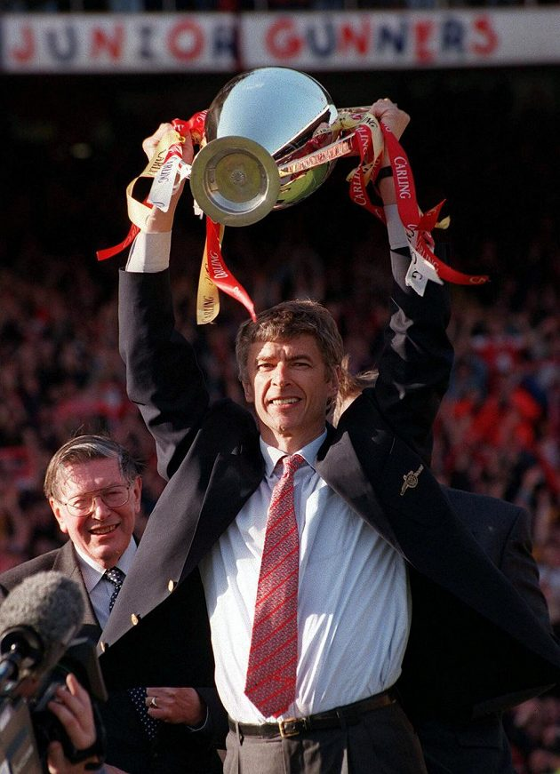 Kouč Arsenalu Arséne Wenger s pohárem pro anglické šampióny v roce 1998.
