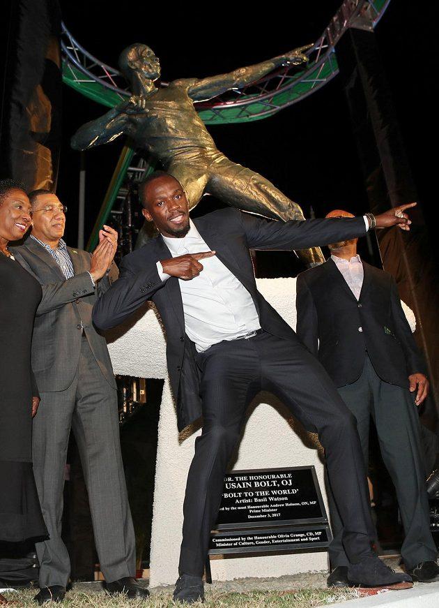 Atletická legenda Usain Bolt pózuje u sochy, kterou mu odhalili v jamajské metropoli.