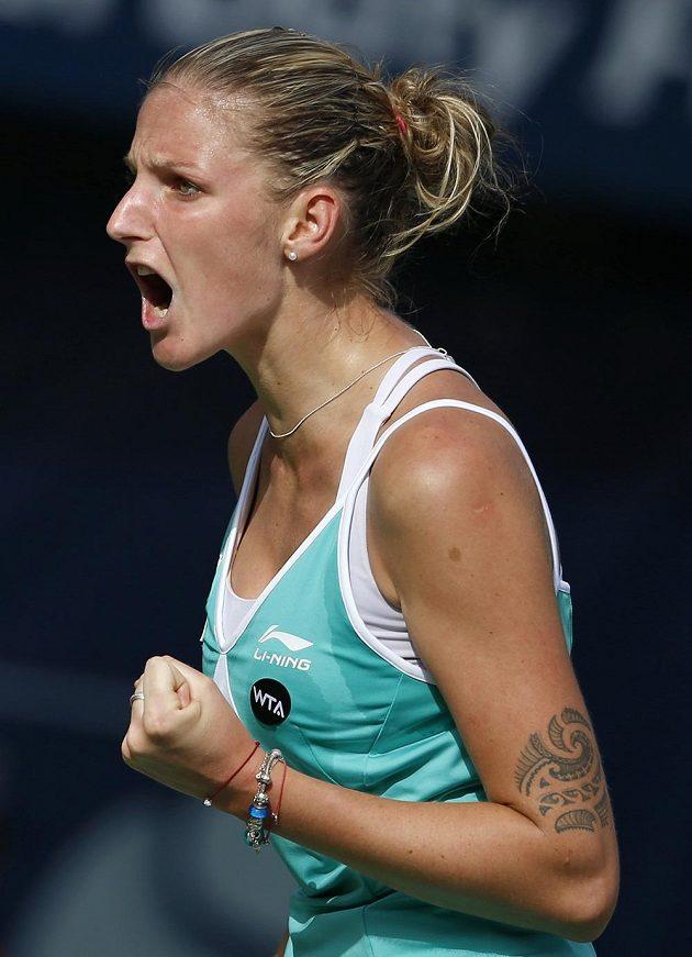 Karolína Plíšková se povzbuzuje ve čtvrtfinálovém duelu s krajankou.