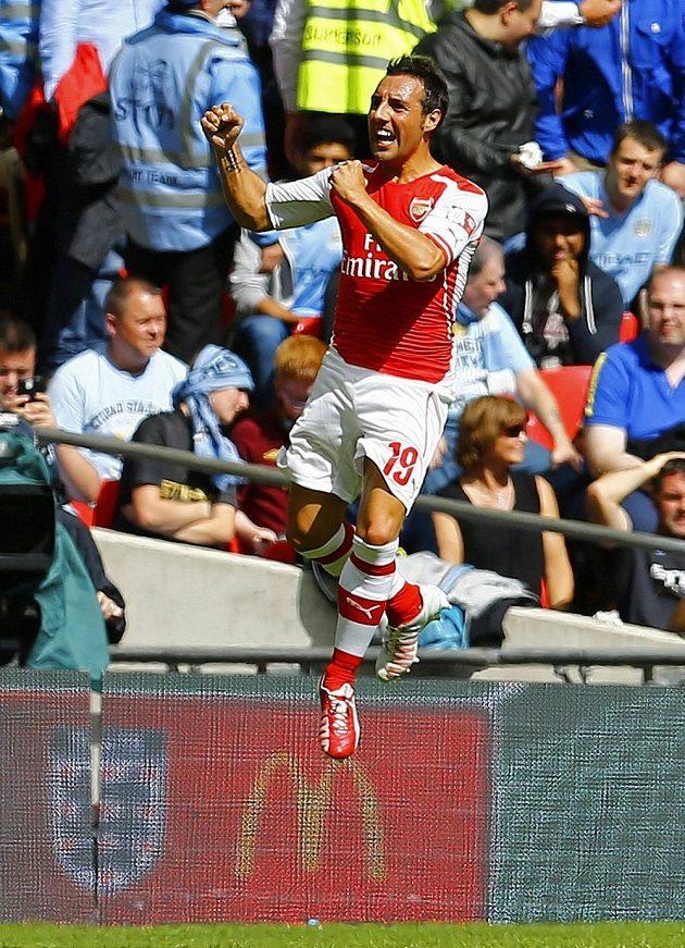 Úspěšný střelec Santi Cazorla skáče do nebes...