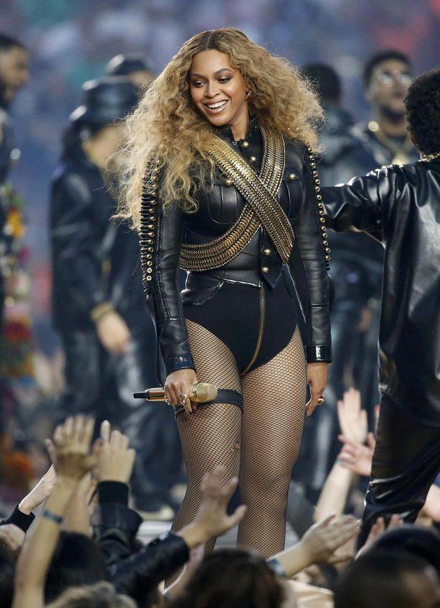 Zpěvačka Beyonce při přestávkové show během finále ligy amerického fotbalu mezi Carolinou a Denverem v Santa Claře.