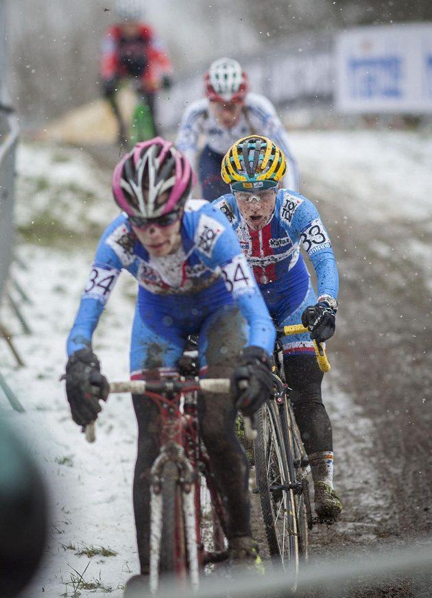 České závodnice (zleva) Martina Mikulášková a Pavla Havlíková během závodu mistrovství světa cyklokrosu v Táboře.