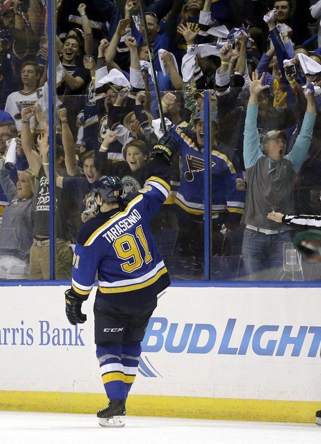 Vladimir Tarasenko slaví s fanoušky Blues svůj třetí gól v utkání.