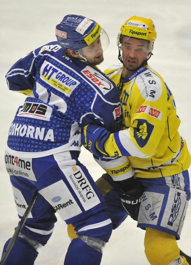 Brněnský útočník Hynek Zohorna (vlevo) v souboji se zlínským kapitánem Petrem Čajánkem během třetího čtvrtfinálového duelu play off extraligy.