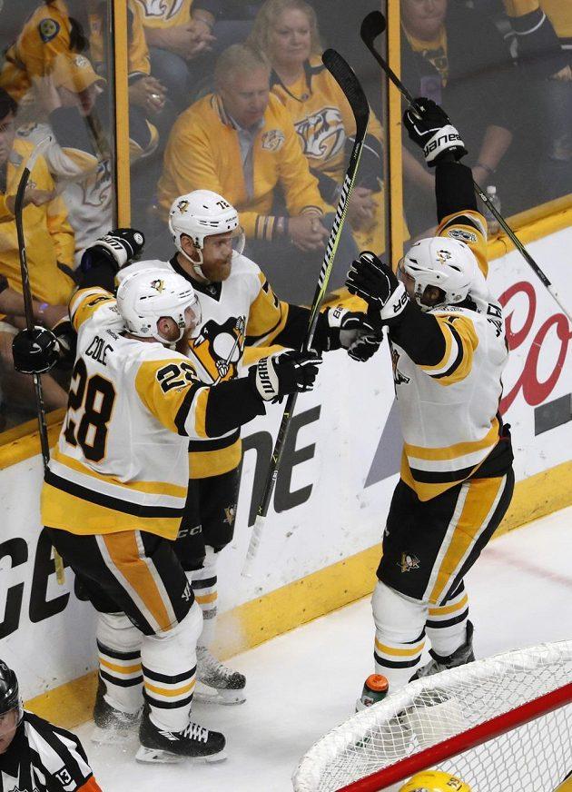 Hokejisté Pittsburghu Penguins Patric Hornqvist (72), Ian Cole (28) a Matt Cullen (7) slaví gól v síti Nashvillu v šesté bitvě o Stanley Cup. Tučňáci vyhráli nakonec 2:0 a získali cennou trofej.