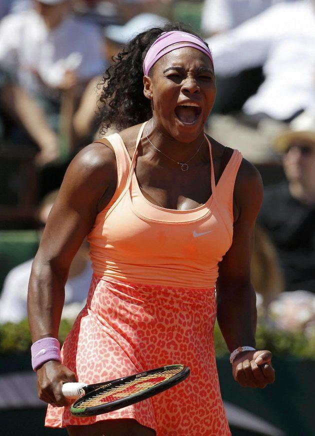 Serena Williamsová se raduje po jedné z výměn ve finále tenisového Roland Garros proti Lucii Šafářové.