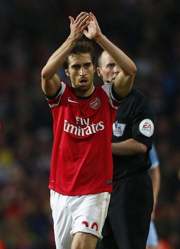 Záložník Mathieu Flamini oslavuje svůj vyrovnávací gól v duelu proti Manchesteru City.