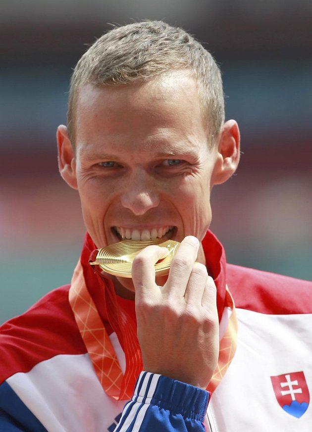 Slovenský chodec Matej Tóth se raduje ze zlaté medaile na mistrovství světa v atletice v Pekingu.