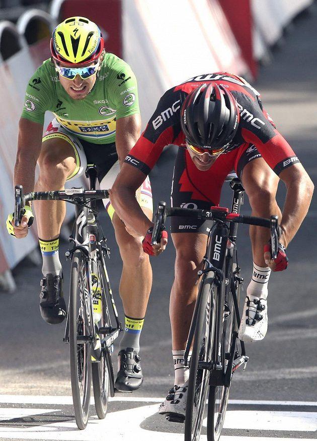 Belgičan Greg van Avermaet (vpravo) poráží v cílové rovince 13. etapy Slováka Petera Sagana.