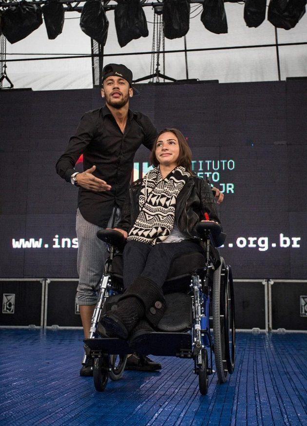 Brazilská fotbalová hvězda Neymar a zraněná lyžařka Laís Souzaová ve speciálním institutu v Sao Paulu.
