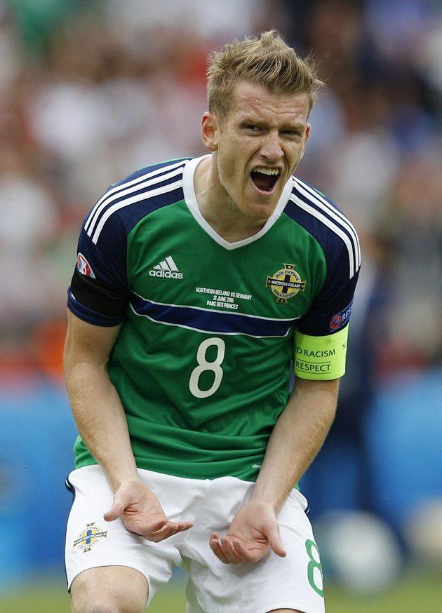 Severoirský kapitán Steven Davis se rozčiluje během duelu s Německem.