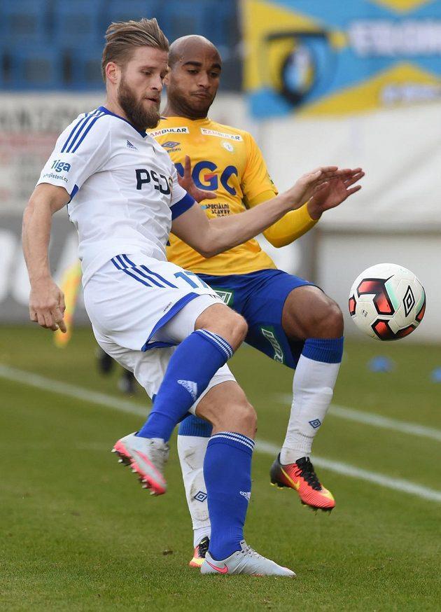 Petr Tlustý (vlevo) z Jihlavy bojuje o míč s teplickým Nivaldem Santosem.