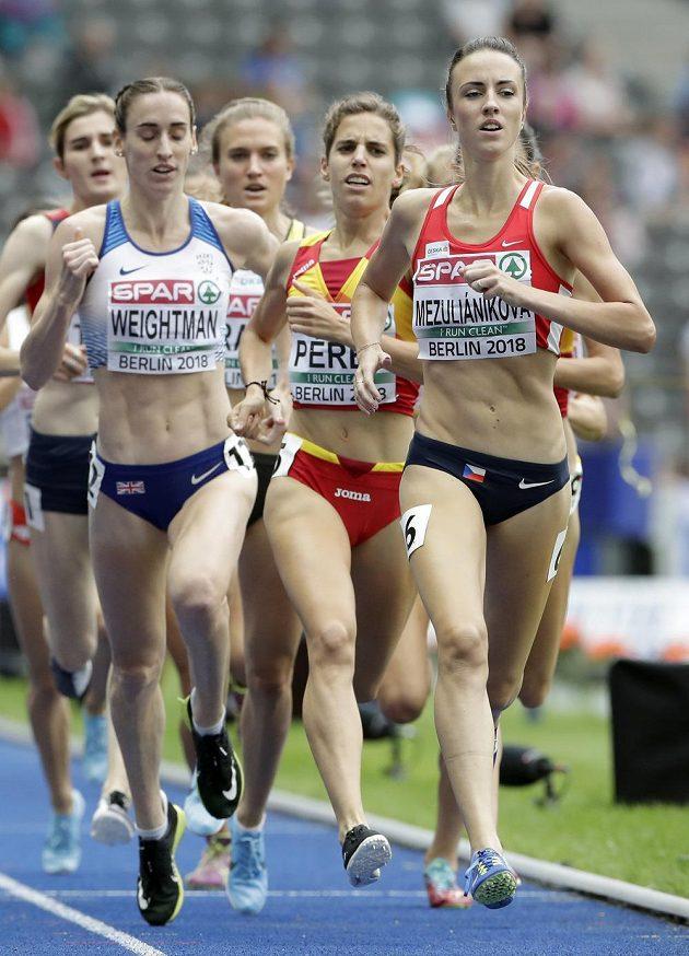 Semifinále běhu na 1500 metrů žen v rámci ME v atletice v Berlíně. Na vedoucí pozici česká reprezentantka Diana Mezulianiková (vpravo).