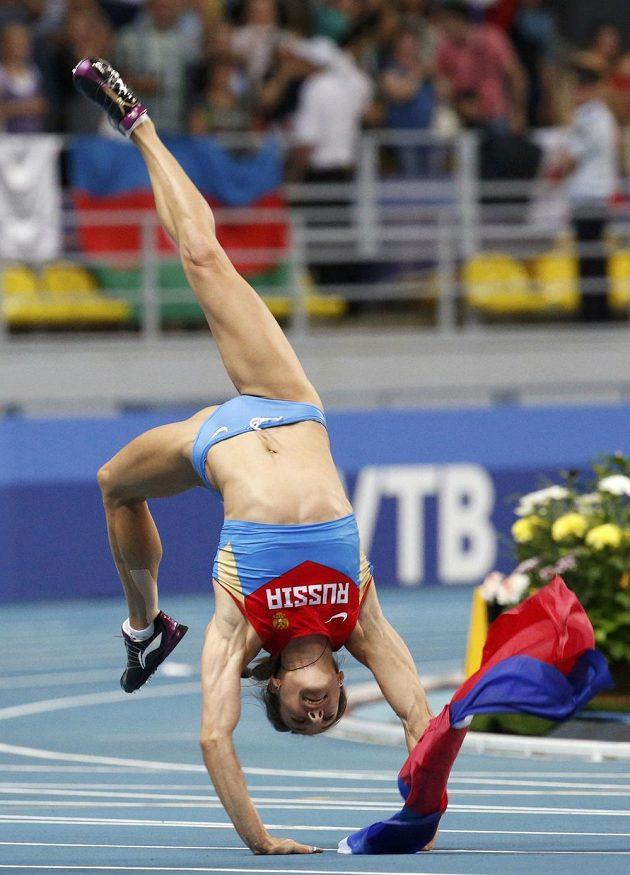 Tyčkařka Jelena Isinbajevová z Ruska slaví v Lužnikách zlatou medaili.