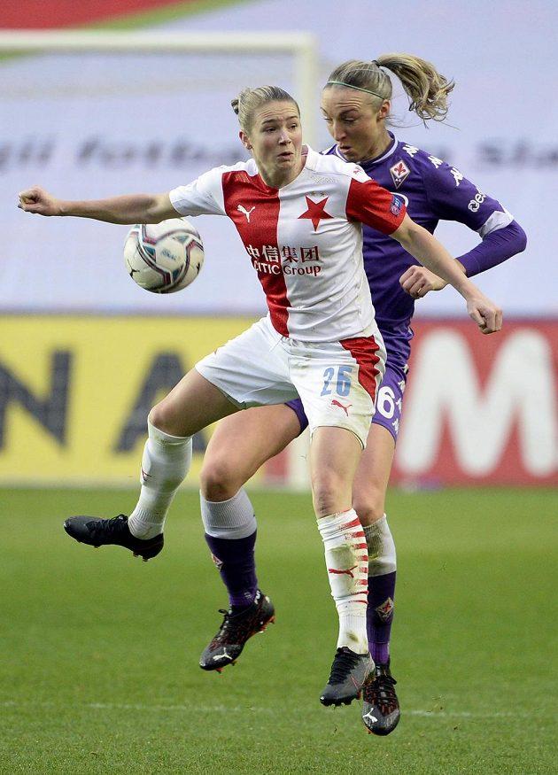 Zleva Laura Žemberyová ze Slavie a Louise Quinnová z Fiorentiny během utkání Ligy mistryň.
