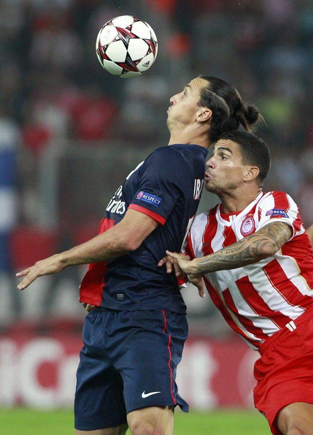 Zlatan Ibrahimovic (vlevo) z PSG kryje míč před Carlem Medjanim z Olympiakosu Pireus.