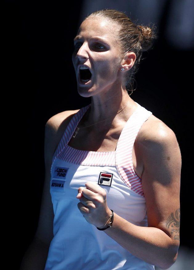 Karolína Plíšková se hecuje ve čtvrtfinále Australian Open proti Sereně Williamsové.