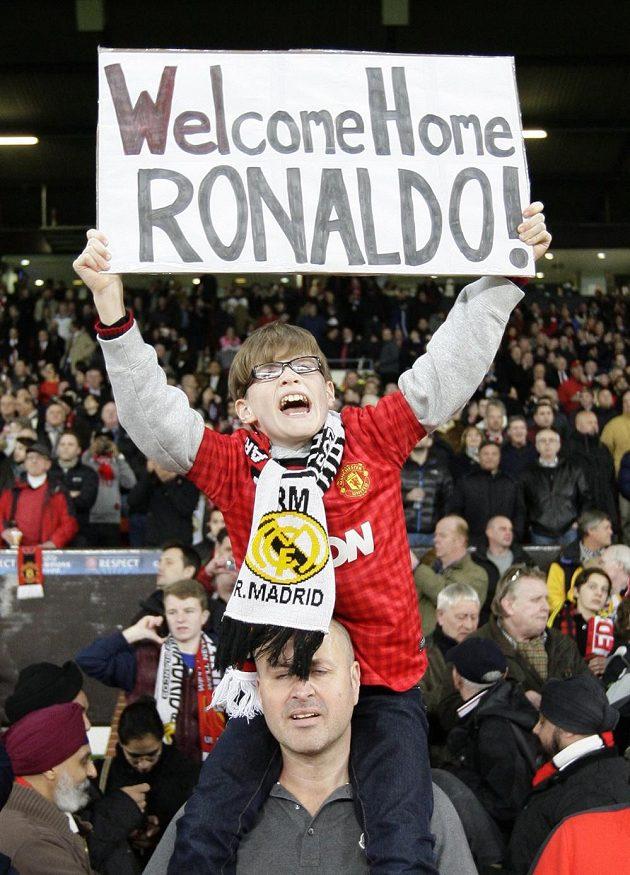 """""""Vítej doma, Ronaldo!"""" hlásí cedule jednoho z mladších fanoušků Manchesteru United."""