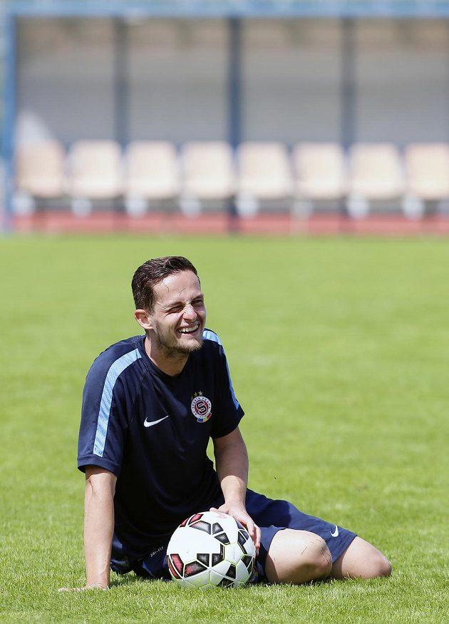 Sparťanský obránce Mario Holek se usmívá během tréninku v italském Brunecku.