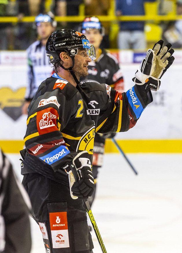 Viktor Hübl z Litvínova se raduje z gólu.