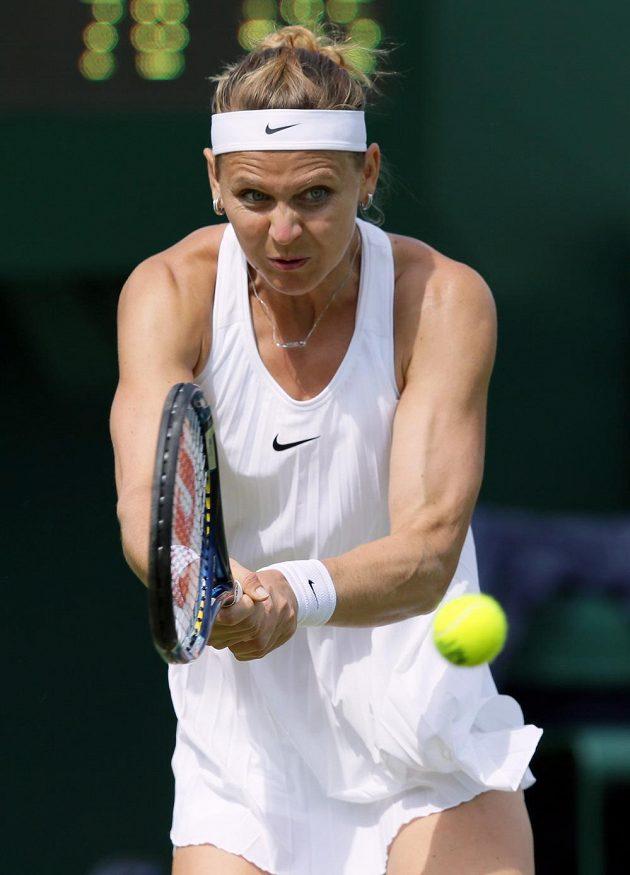 Česká tenistka Lucie Šafářová během zápasu prvního kola Wimbledonu s Američankou Bethanií Mattekovou-Sandsovou.