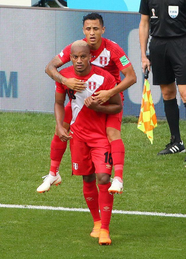 První peruánský gól na tomto MS. Jeho autor André Carrillo (18) se raduje při utkání s Austrálií.
