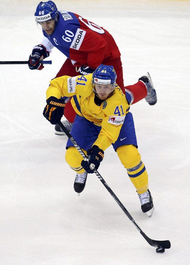 Tomáš Rolinek (vzadu) sleduje akci rozjíždějícího Švéda Gustava Nyquista.