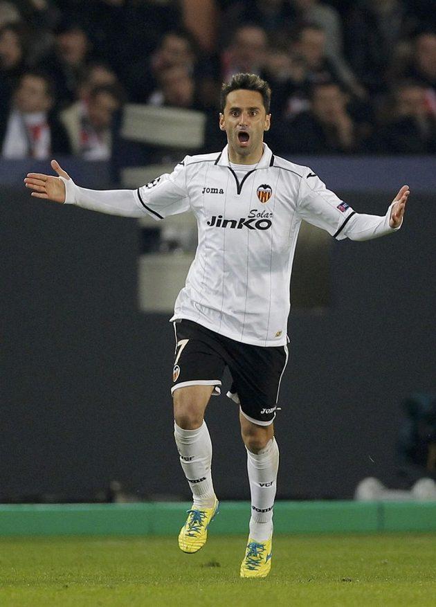 Jonas z Valencie oslavuje svoji trefu proti Paris St. Germain.