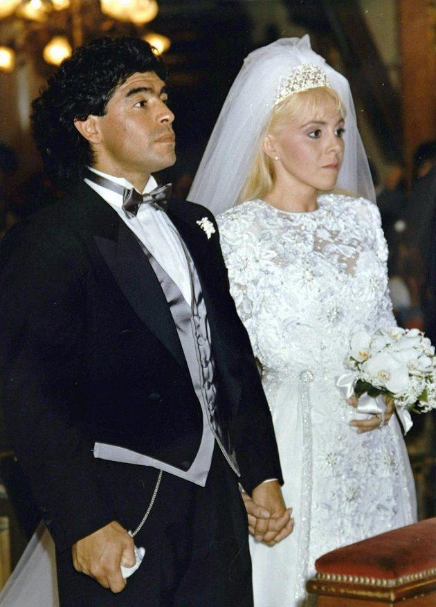 Legendární argentinský fotbalista Diego Maradona zemřel. Na archivním svatebním snímku se svou ženou Claudií Villafaneovou.