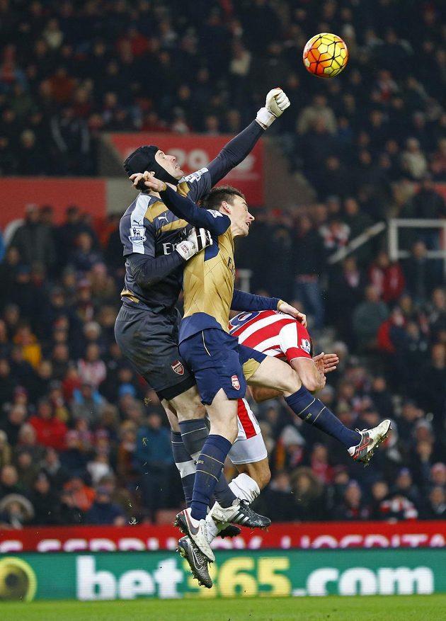 Petr Čech a Laurent Koscielny v akci během utkání se Stoke City.