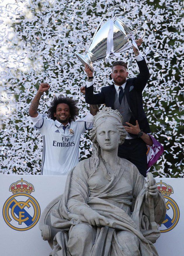 Fotbalisté Realu Madrid Sergio Ramos a Marcelo slaví triumf v Lize mistrů na náměstí Cibeles Fountain.