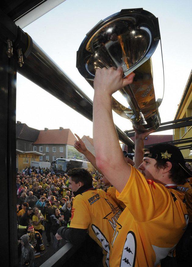 Martin Kokeš s pohárem pro mistra hokejové extraligy.