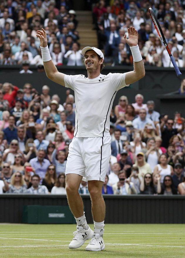 Brit Andy Murray právě proměnil ve finále Wimbledonu mečbol proti Kanaďanovi Milosi Raonicovi.