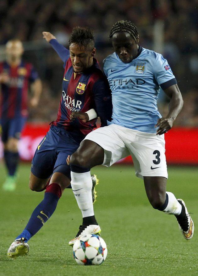 Ostrý souboj Neymara (vlevo) z Barcelony s Bacarym Sagnou z Manchesteru City.