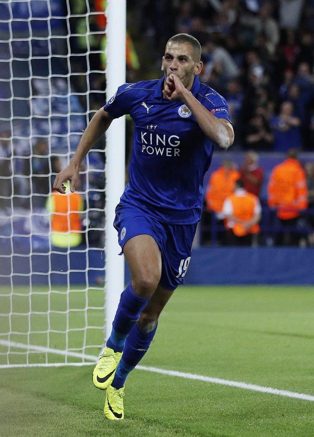 Islam Slimani z Leicestru jásá po gólu proti Portu.