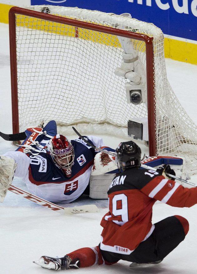 Kanadský útočník Nic Petan střílí gól v semifinálovém souboji se Slováky. Brankář Denis Godla už zasáhnout nestačil.
