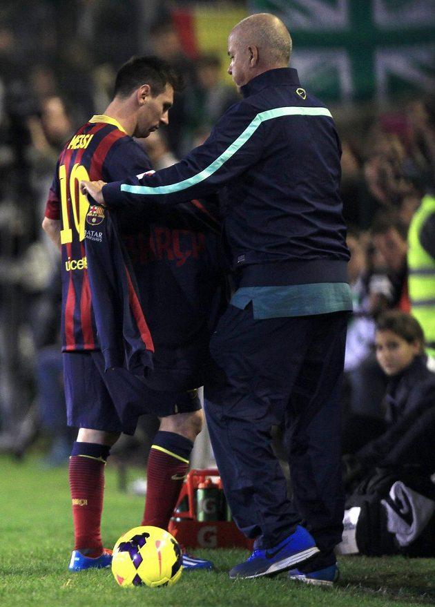 Zraněný útočník Barcelony Lionel Messi opouští trávník stadiónu Benita Villamarína v Seville.