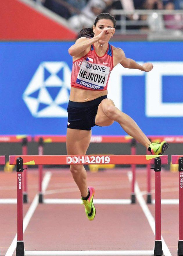 Zuzana Hejnová ve finále běhu na 400 metrů překážek.