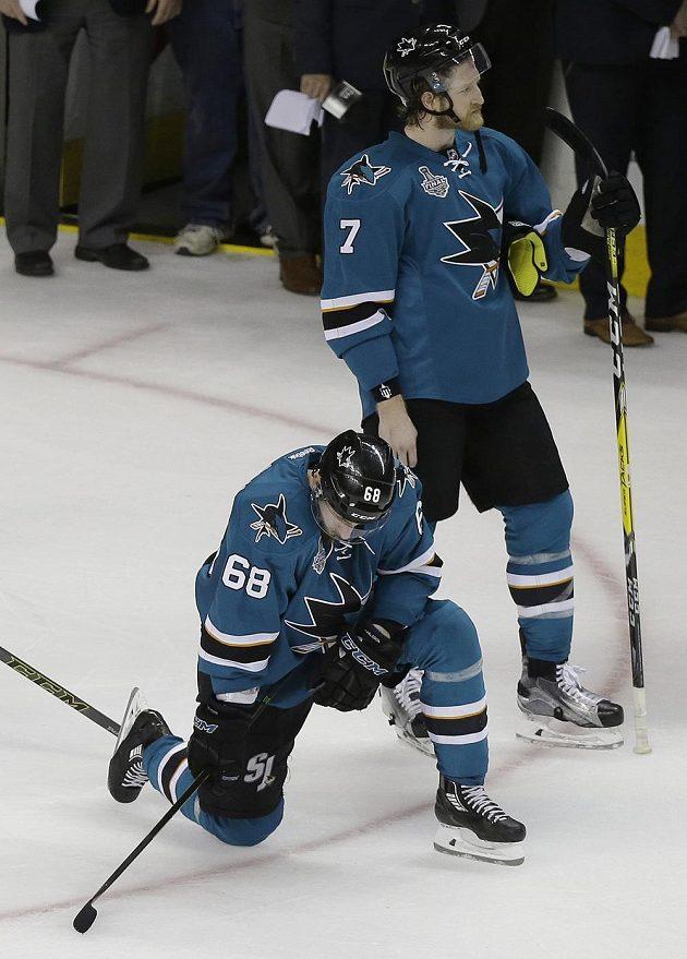 Zklamání hokejistů San Jose Sharks Melkera Karlssona (68) a Paula Martina (7). Boj o Stanley Cup Žraloci do vítězného konce nedotáhli.