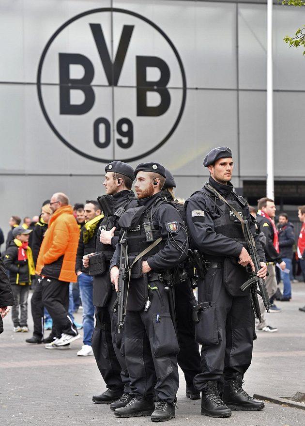 Policisté u stadiónu Borussie Dortmund před odloženým čtvrtfinále s Monakem.