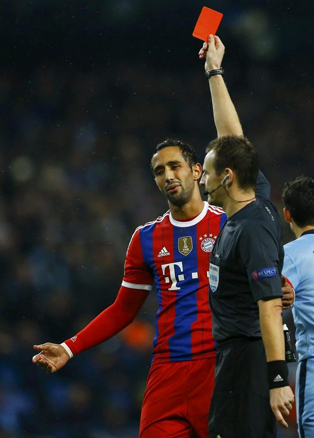 Rozhodčí Pavel Královec vylučuje Mehdiho Benatiu z Bayernu.