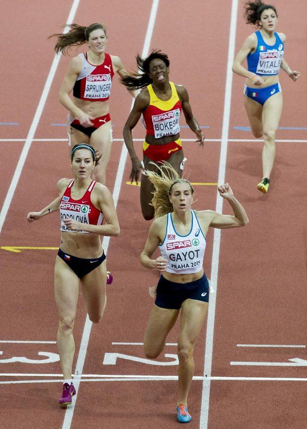 Česká reprezentantka Denisa Rosolová (vpředu vlevo) a Marie Gayotová (vpředu vpravo) z Francie v rozběhu na 400 m při HME v Praze.