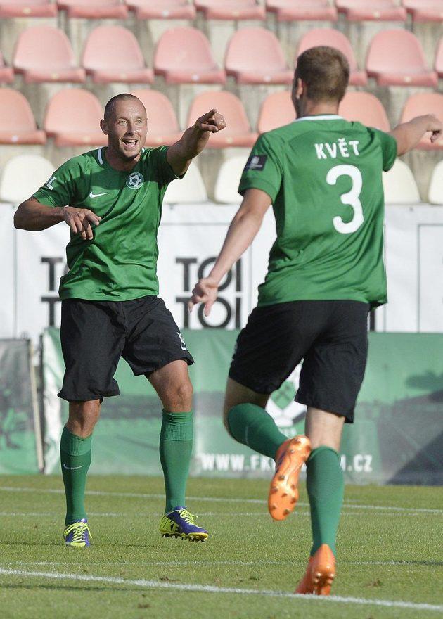 Miroslav Slepička z Příbrami se raduje ze svého gólu, vpravo je jeho spoluhráč Roman Květ.