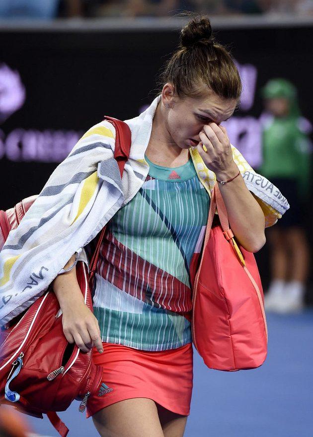 Zklamaná rumunská tenistka Simona Halepová po vyřazení v úvodním kole Australian Open.