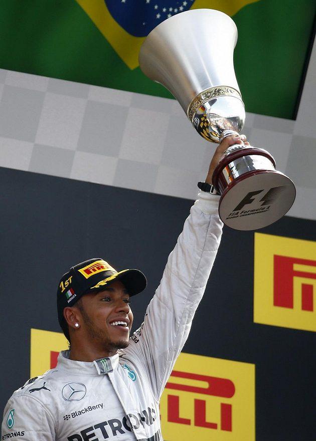 Lewis Hamilton slaví triumf z okruhu v Monze.