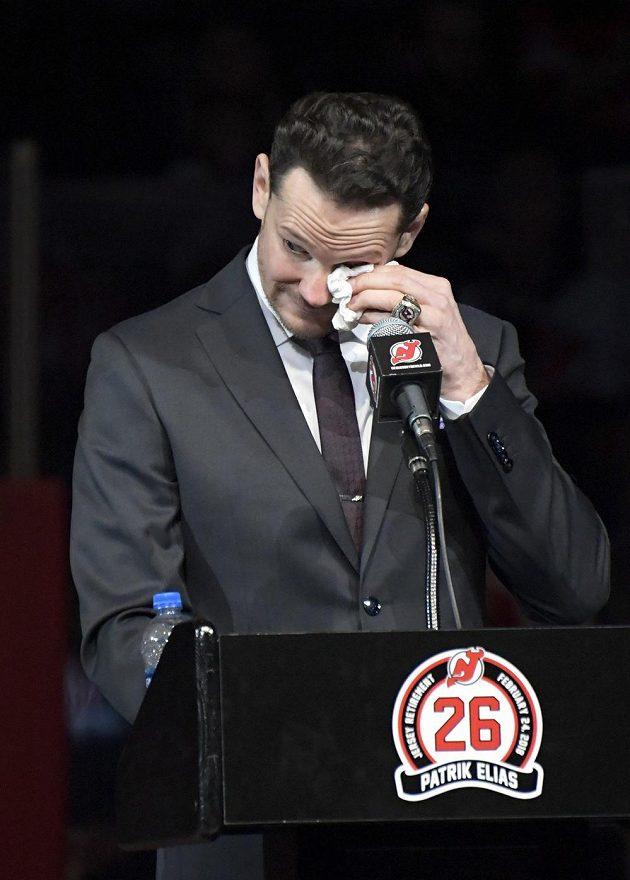 Bývalý útočník New Jersey Devils Patrik Eliáš se dočkal pocty, jeho dres byl vyvěšen pod strop haly Devils. Došlo i na slzy.