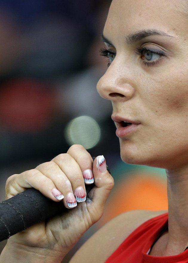 Ruská tyčkařka Jelena Isinbajevová se připravuje na svůj pokus.