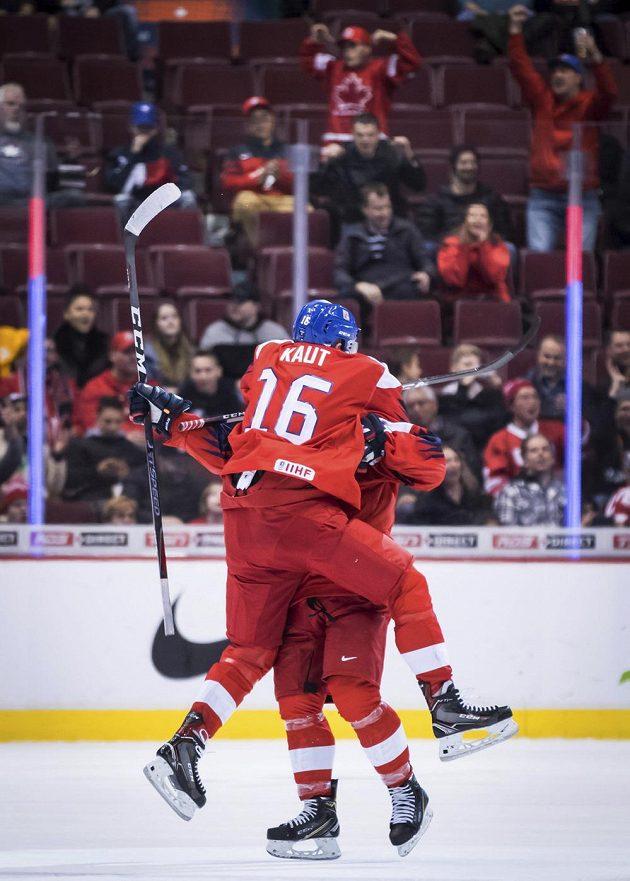Radost české dvacítky. Hokejisté Martin Kaut a David Kvasnička slaví poté, co Kvasnička rozhodl duel MS hráčů do dvaceti let proti Švýcarsku na mistrovství světa.