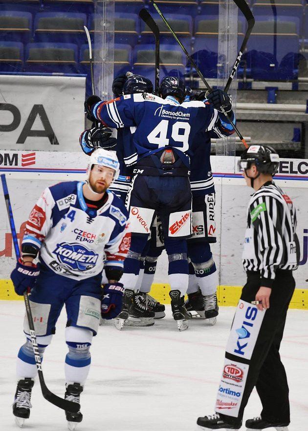 Hráči Vítkovic se radují z prvního gólu. V popředí je Michal Gulaši z Brna.